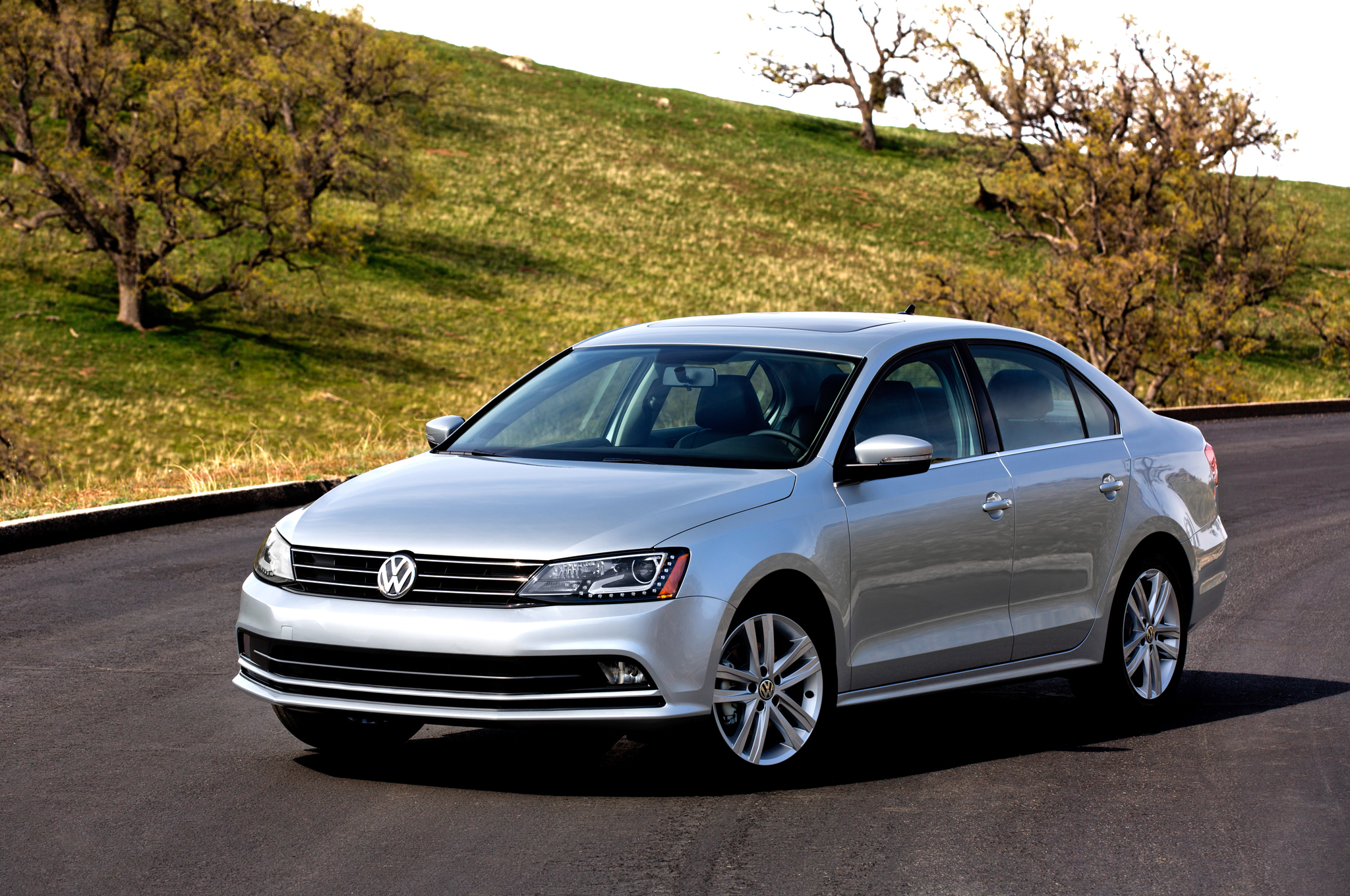 2015-Volkswagen-Jetta-front-three-quarter-021